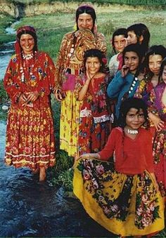 Roma, Kalderari women in Romania. The Kalderari or Kalderash is a group of Vlax Romani-speaking people in Europe. Many of these groups live in the Ukraine and Moldova. They are regarded as a tribe within the Roma. Gypsy Life, Gypsy Soul, Boho Gypsy, Gypsy People, Gypsy Culture, Gypsy Women, Gypsy Girls, Folk Costume, Traditional Dresses