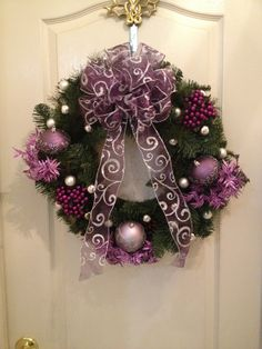 Love to do this but despite it's simplicity, I would MESS it up BIG TIME. Purple Christmas Tree, Rustic Christmas, All Things Christmas, Christmas Holidays, Winter Wreaths, Holiday Wreaths, Holiday Crafts, Wreath Crafts, Diy Wreath