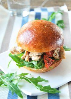 Otro de esos simples bocadillos, tan fáciles de hacer…y de comer! Ingredientes (4 personas): 1 pechuga de pollo cocida, cortada pequeña 1 c/s tomates semisecos, cortados pequeños Un puñado de rúcula 1 c/s mostaza de Dijon 4 panecillos para hamburguesa … Sigue leyendo →