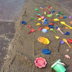 una strada fatta di erba e stoffa e carta e sabbia e foglie e paglia, e tante altre cose da scoprire e attrversare scalzi...