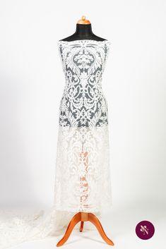 Dantelă mireasă ivoire pe tulle în aceeași nuanță, ușor elastic. Modelul dantelei este brodat cu fir ivoire și accesorizat cu șiret fin. Design-ul dantelei este unul amplu, de inspirație baroc, dispus pe întreaga suprafață a materialului. Această dantelă se pretează în special rochiilor de mireasă dar poate fi reinterpretată și într-o ținută elegantă de seară. Lace Skirt, Formal Dresses, Skirts, Model, Fashion, Dresses For Formal, Moda, Formal Gowns, Skirt