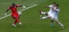 DUPLA. Lionel Messi y Sergio Aguero tratan de tapar la salida del arquero de Nigeria Enyeama. (Marcelo Carroll)