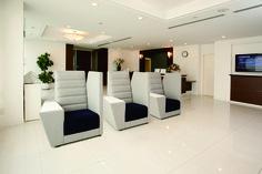 SELAVIA lounge chair with side arm table and panel : 肘上の天板は書類を書くのにも便利。A4サイズを考慮して寸法設計しています。 背とパーティションの間にはスリットが入っておりほど良い密閉感をつくり出します。