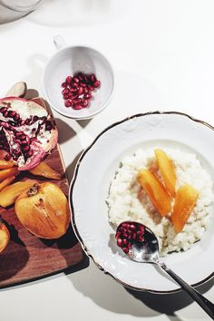 Suvi sur le vif | I roasted persimmons with sugar and gingerbread spices, until soft and slightly golden. I served the roasted flesh with a creamy rice porridge, spiced with cinnamon and vanilla, topped with pomegranate seeds. The inspiration behind this breakfast came from this persimmon porridge from A Cozy Kitchen.