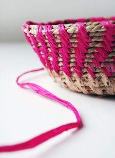 TUTORIAL DIY How to make raffia coiled baskets via we-are-scout.com