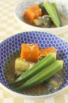 暑い夏。夏野菜を煮るのに圧力鍋はぴったり。一瞬加圧したら後は火をとめて少し待つだけ。 温かくても、冷やしてもおいしい煮物です。 素材の味を楽しむために薄味にしています。 お好みで調整してください。