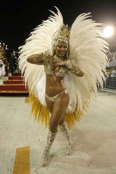 La Samba Enredo, c'est la Samba de Thème. Elle est fabriquée au Départ de tout le travail de l'école de Samba. Elle est au Centre de toutes les préparations du Pré Carnaval. Elle est à …