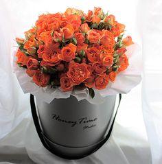 Букет кустовых роз в большой коробке. Стоимость 5500 ₽