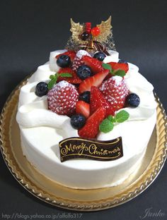 Junko-san's Regal Christmas Cake    Fresh strawberries, raspberries, blueberries with loads of whipped cream  in white cake. Now, that's a happy Christmas!      ちょっとの工夫でかわいいケーキ  (From Junko-san's Slightly Clever & Cute Take on Cake blog)