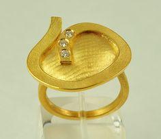 © 2005 Doretta Tondi Sólido amarillo de 22K oro y brillante-cortó diamantes se han utilizado para este anillo de artesanía. Los diamantes son 0.03cts cada uno. Dimensiones aproximadas: 20 x 25 mm (parte superior del anillo) Por favor convo para especificar el tamaño de su anillo y se refieren a mi tienda políticas cambiar el tamaño de los anillos. Este anillo será hecha a mano a pedido, así que por favor espere hasta quince 15 días hábiles para el envío de día de pago. La naturaleza de ...