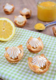 mini lemon meringue pies - with puff pastry cups Dutch Bakery, Mini Lemon Meringue Pies, Tea Snacks, Sweet Bakery, Dips, Mini Pies, Desert Recipes, High Tea, Sweet Recipes
