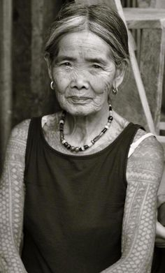 Apo Whang-od, traditional tattoo practitioner from the Philippines. She should be a national treasure. Traditional Filipino Tattoo, Filipino Tribal Tattoos, Filipino Culture, Mexica, Human Emotions, Black And White Portraits, Symbolic Tattoos, Varanasi, People Of The World