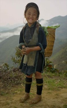 Hmong girl and basket on road; between Ta Van and SaPa, Vietnam Kids Around The World, People Around The World, Precious Children, Beautiful Children, Beautiful Smile, Beautiful People, Save The Children, Baby Kind, World Cultures