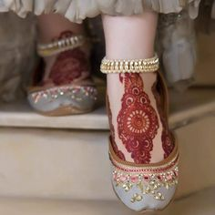 Henna is the most traditional part of weddings throughout India. Let us go through the best henna designs for your hands and feet! Henna Designs Feet, Legs Mehndi Design, Anklet Designs, Mehndi Art Designs, Latest Mehndi Designs, Indian Shoes, Wedding Shoes Bride, Bouquet Wedding, Wedding Nails