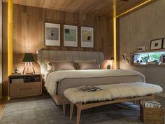 Estilo escandinavo. Roupas de cama em tom cru, piso e mobiliário em madeira, detalhes em couro e pele. Adorei!