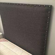 Respaldo tapizado con tachas