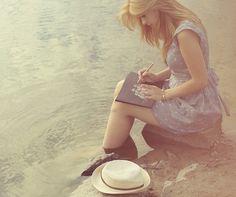Escrevo porque tenho necessidade. Escrevo porque o mundo ao meu redor some quando estou escrevendo, e todas as injustiças, todo o horror, toda a fome e tudo que é de ruim some. Fico presa no meu mundo. Por um momento, eu consigo tirar tudo o que me sufoca aqui dentro. Me sinto bem, me sinto em paz, me sinto enfim, sendo eu mesma naquelas palavras. Não escrevo pra ninguém a não ser pra mim mesma. Escrever me dá vida