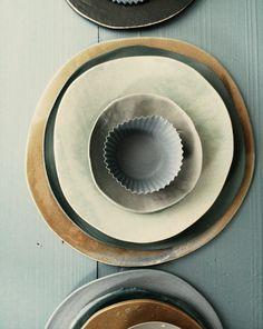 prachtige kleuren, s kijken of ik ook zo'n serviesje kan samenstellen met houten kommetjes en keramieken bordjes