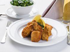 Das Steirische Backhendl ist ein Klassiker der steirischen Küche. Hier das Rezept aus der Küche des Hotel G'Schlössl Murtal zum Selberkochen. Chicken, Ethnic Recipes, Food, Apple, Food Food, Essen, Meals, Yemek, Eten