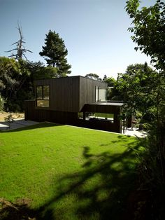 Hamish Monk Architecture designed the Waiatarua House in Auckland, New Zealand.