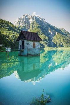Cabañita en el lago Lucern, Suiza