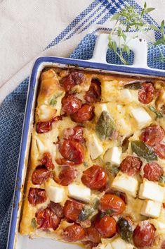 Essa receita serve tanto para acompanhamento quanto para um jantar com saladinha. Aprenda a fazer esse clafoutis de tomate cereja e queijo feta.