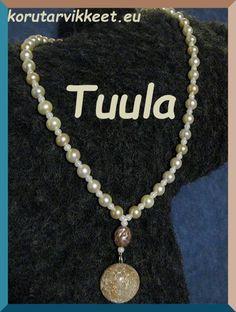 Tuulan ensimmäinen koru – koruvaijerille pujotellut helmet ja todella tyylikkäästi lisätty hänen tekemä kapussi. Pearl Necklace, Helmet, Pearls, Jewelry, Fashion, Jewlery, Moda, Jewels, La Mode