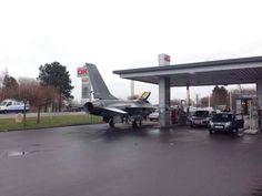 insolite avion chasse essence service station