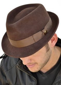S hat well dressed men, sharp dressed man, fedora hat, beret, gen. Sharp Dressed Man, Well Dressed Men, Gents Fashion, Komplette Outfits, Cool Hats, Hats For Men, Man Hats, Fedora Hat, Headgear