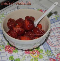 Elsker Jordbær <3  i Mynte skål Med Mynte ske På Greengate tallerken