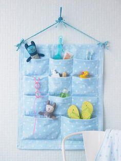Ideal fürs Kinderzimmer oder Bad: ein Ordnungshelfer mit vielen kleinen Taschen. Aus zwei Handtüchern lässt er sich leicht selber nähen.