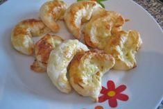 Ein Blätterteig wird mit Schinken- und Käsescheiben gefüllt und ausgebacken. Das Rezept als Snack oder Fingerfood ist sehr einfach in der Zubereitung.