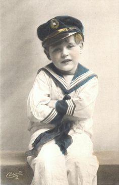 Kleiner Junge im #Matrosenanzug ---- Little boy with #sailor_suit in blue and white.