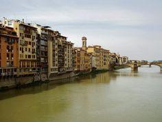 Rivera del río Arno en la ciudad de Florencia en Italia