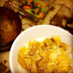 子どものお迎えもあって、ちゃちゃっとごはん。親子丼、味噌汁、小松菜のお浸し、茄子の甘辛味噌煮。小鉢二つは昨日の残りもの(^^;; - 8件のもぐもぐ - 今晩の夕食 by yusukes