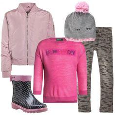 Un outfit pensato per una giornata di pioggia composto da bomber rosa, collo alla coreana, zip sul fronte, pantalone grigio in fantasia, maglione rosa, scollo tondo, logo con paillettes, stivale in gomma in fantasia a pois, cappellino in maglia grigio e rosa con pompon.
