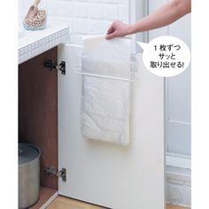 シンク下の扉に引っ掛けるだけで市販のゴミ袋を1枚ずつ、サッと取り出せるハンガー。