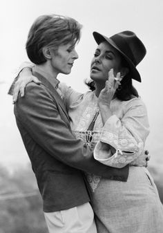 ©️Terry O'Neill. Bowie meeting Elizabeth Taylor in Beverly Hills, for the first time. ———- David Bowie Left Half His Fortune to Iman and Wants His Ashes Scattere Terry O Neill, Elizabeth Taylor, Edward Wilding, David Bowie, Katharine Hepburn, Humphrey Bogart, The Thin White Duke, Black And White, Divas