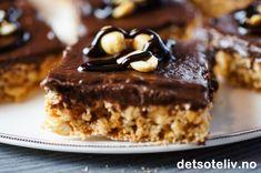 """Jeg bare DIGGER """"Snickerskake i langpanne""""! Utrolig god smak av salte peanøtter og kjeks og nydelig, søt og mørk sjokoladekrem. Med et så enkelt grep som å bytte mellom mørk og lys kokesjokoladen i glasuren, kan du variere denne kaken nokså betydelig. Her har jeg brukt kokesjokolade med 70 % kakaoinnhold, som gir en kake som blir temmelig mørk i glasuren. Jeg synes da det er stilig å pynte kakestykkene med hele peanøtter og smeltet sjokolade. Med lys kokesjokolade får du en langt mildere… Pudding Desserts, No Bake Desserts, Norwegian Food, No Bake Cake, Cake Recipes, Sweet Treats, Food And Drink, Sweets, Snacks"""