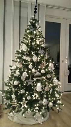 All I want for XMas ❤️ Christmas 2014 Tips On How To Buy Discount Furniture If you have ever went sh Elegant Christmas Trees, Christmas Decorations For The Home, Christmas Tree Design, Xmas Tree, Christmas Projects, Christmas Themes, Christmas Diy, Holiday, Crismas Tree