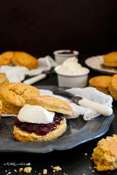 Scones alla zucca (con panna e mirtilli rossi) _ Pumpkin scones (with cream and cranberries )