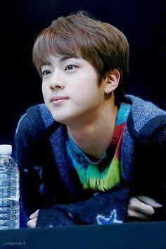 Kim Seokjin é muito precioso. Vamos amar o Jin, vamos apoiar o Jin, vamos proteger o Jin. Te amo, Jin.
