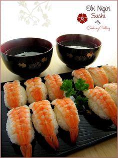 Ebi Nigiri - Nigiri de gambas  - Ingredientes: 8 gambas crudas sin pelar 3 cucharadas de vinagre de arroz 1 cucharada de wasabi 1 cucharada de zumo de limon 1 cucharadita de azúcar sal Para el arroz: 175g de arroz (grano gordo tipo paella) 3 cucharadas de vinagre de arroz 1 cucharadita de sal 1 cucharadita de azúcar  - Elaboración: 1. Lava el arroz con agua en un colador hasta que ésta salga clara. 2. Poner el agua y el arroz en un cazo. A continuación, poner a hervir al máximo hasta que el…