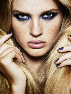 Lancôme's Aaron De Mey a wonderful makeup artist is labeled as a genius by Elle Magazine. Stunning dark blue eyeshadow makeup look. Glam Makeup, Makeup Tips, Eye Makeup, Hair Makeup, Gypsy Makeup, Vogue Makeup, Freckles Makeup, Casual Makeup, Makeup Ideas