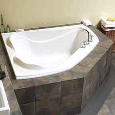 Gentil Maax Advanta Cocoon 6054 Corner Two Person Bathtub Whirlpool