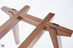 The table draws its inspiration from the work of Japanese architect Shigeru Ban and from traditional Asian joinery. The structure is designed on the basis of joinery techniques, which make it possible to put it together and take it apart without the use o Into The Woods, Woodworking Joints, Woodworking Projects, Teds Woodworking, Woodworking Workshop, Woodworking Machinery, Woodworking Techniques, Woodworking Videos, Diy Furniture
