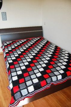 Diy Crafts - Red Black White Bold design crochet afghan Baby by CraftyCatsShop, This is beautiful! Crochet Bedspread Pattern, Crochet Squares Afghan, Crochet Quilt, Granny Square Crochet Pattern, Afghan Crochet Patterns, Baby Blanket Crochet, Diy Crafts Crochet, Crochet Designs, Bunt
