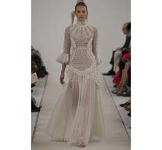 Le défilé haute couture 945 Sala Bianca de Valentino http://www.vogue.fr/mariage/tendances/diaporama/le-defile-haute-couture-945-sala-bianca-de-valentino-a-new-york-mariage-robes-de-mariee/21593/image/1122657#!48