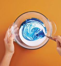 Divertida, uma delícia de brincar e muito fácil de fazer. Com cola, corante e poucos ingredientes, é possível fazer uma meleca incrível! Veja a receita inspirada no site Manual do Mundo