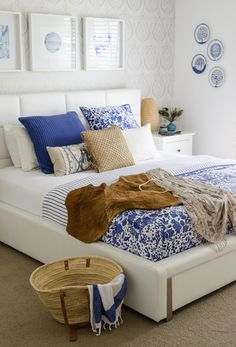 very nice bedroom, mixing between blues and white and browns.... oh and a wicker basket is just my thing ;)